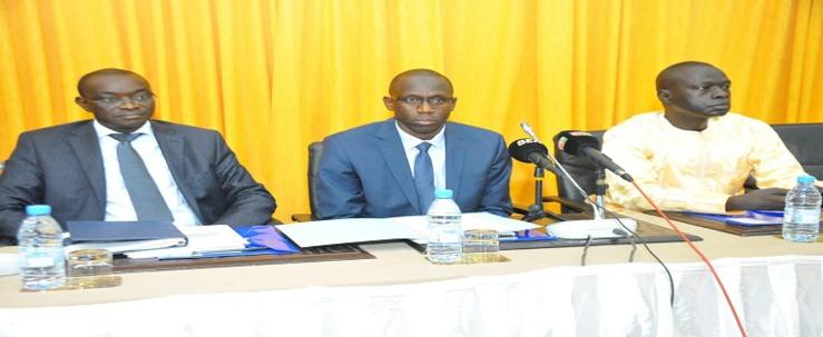 Au milieu, Bassirou Samba Guèye, secrétaire général Mefp.