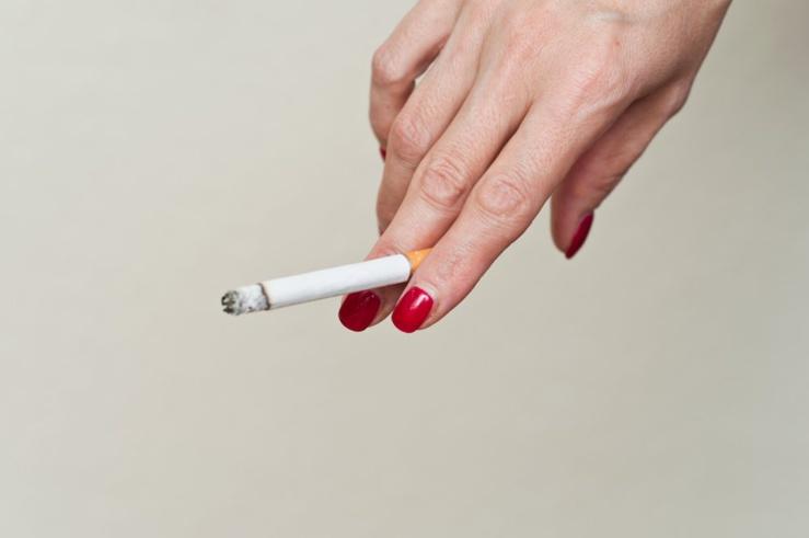 Fumer favorise l'apparition de l'acné et l'obstruction des pores