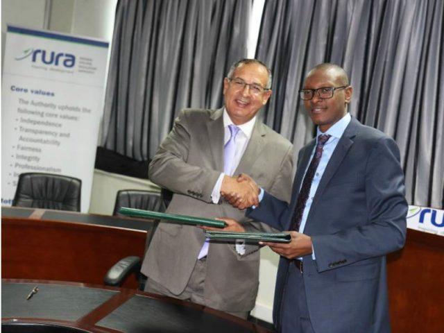 À gauche: le Dr Khammar Mrabit, directeur général d'AMSSNuR. À droite: Patrick Nyirishema, directeur général de la RURA. Crédit: RURA