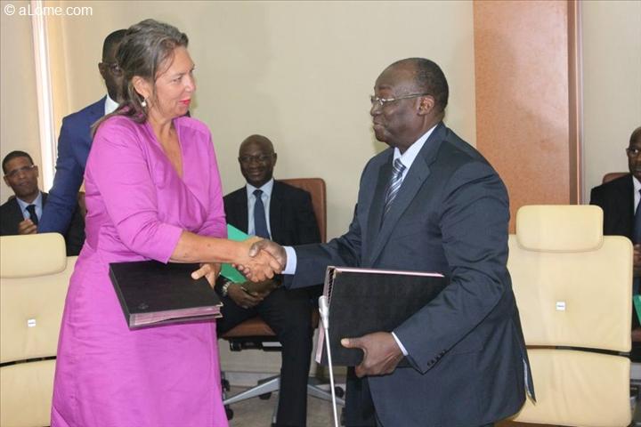 Poignée de main entre le gouverneur de la Bceao et Marion Weichelt Krupski, ambassadeur extraordinaire et plénipotentiaire de la Confédération suisse auprès de la République du Sénégal.