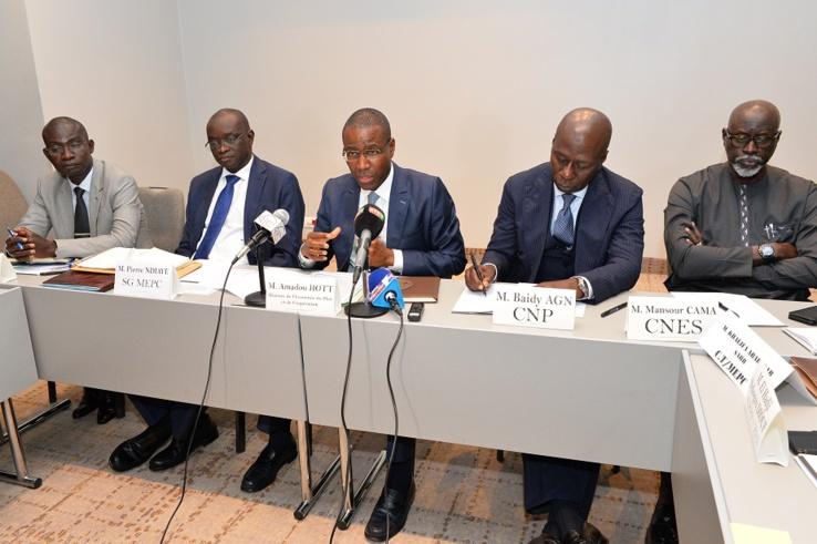 Amadou Hott au micro, avec à sa droite les représentants du secteur privé.