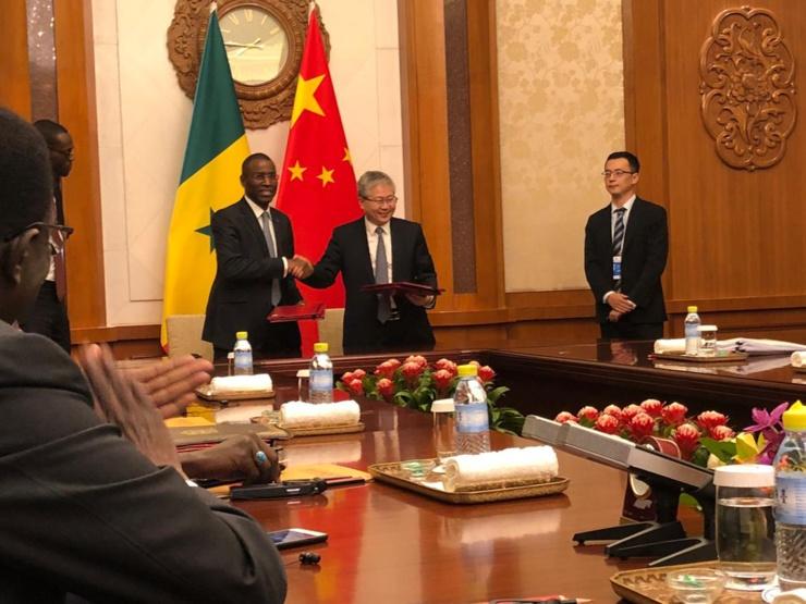 Le ministre de l'Economie, du Plan et de la Coopération et le vice-président chinois de l'Agence Nationale de la Coopération Internationale pour le Développement.