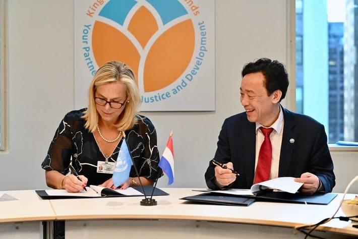 Mme Sigrid A.M. Kaag, Ministre néerlandaise du commerce extérieur et de la coopération pour le développement et M. Qu Dongyu, Directeur général de la FAO, signent l'accord de financement à New York.