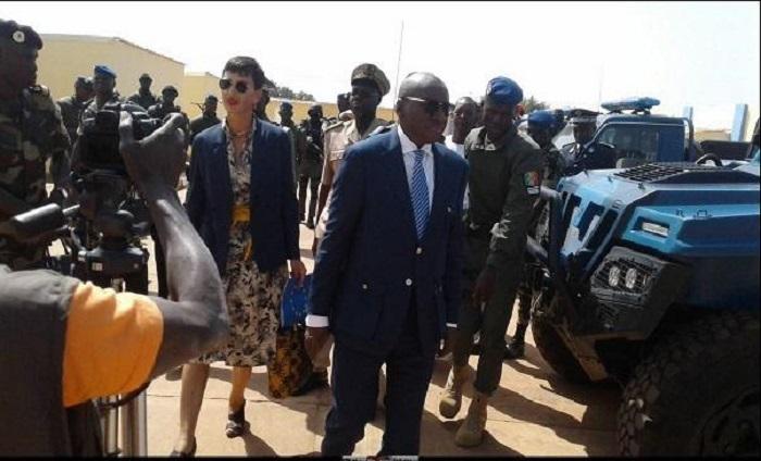 Sidiki Kaba, ministre sénégalais des Forces armées et Irène Mingasson, ambassadeur de l'Union européenne au Sénégal.