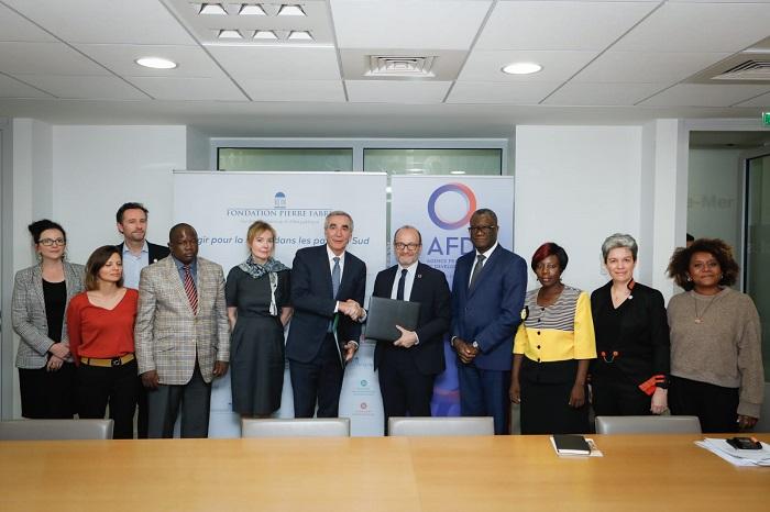 Rémy RIOUX, directeur général de l'AFD, Pierre-Yves REVOL, président de la Fondation Pierre Fabre et Béatrice GARRETTE, directrice générale lors de la signature d'une convention de financement.