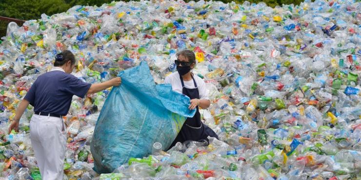 Passer des plastiques vierges aux plastiques recyclés.