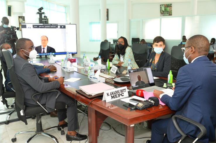 Amadou Hott, ministre de l'Économie, du Plan et de la Coopération et Ambroise Fayolle, vice-président de la Banque européenne d'investissement chargé des opérations en Afrique ont officialisé, aujourd'hui, un prêt concessionnel de 49 milliards de FCFA  à la République du Sénégal.