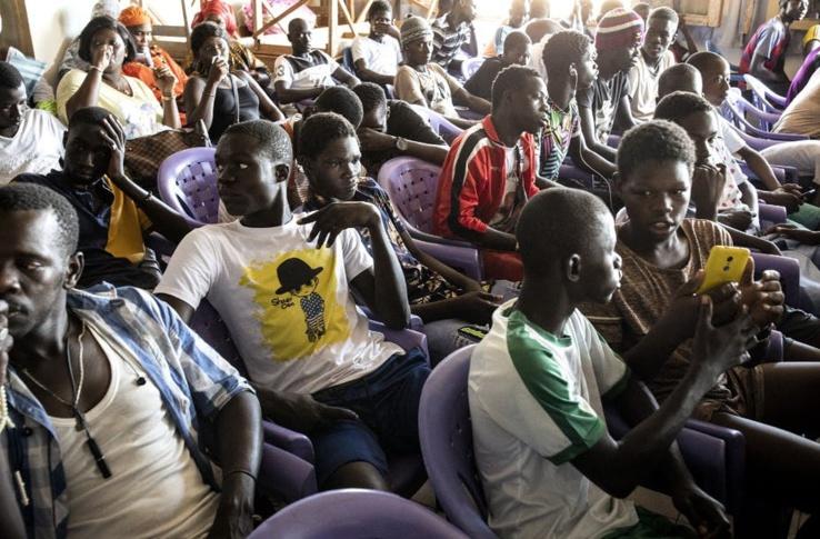 Des jeunes pêcheurs se réunissent, le 17 novembre 2020 à Mbour (un des plus grands lieux de départ des migrants clandestins) avec des politiciens pour discuter des moyens de créer des emplois afin de prévenir l'émigration irrégulière. John Wessels/AFP
