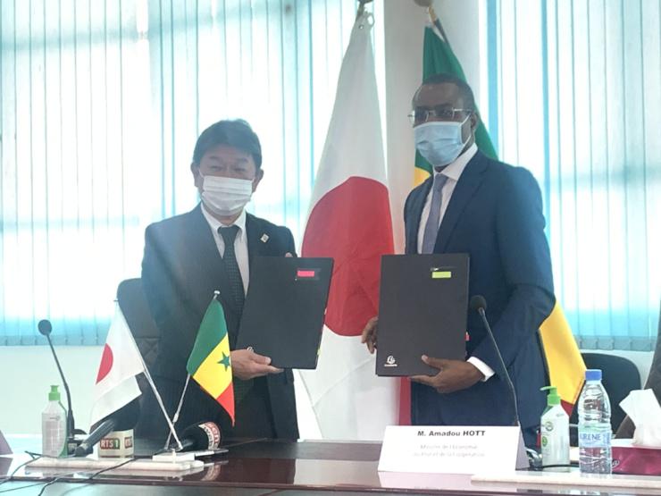 Echange de notes relatif au Projet de production de riz irrigué dans la vallée du fleuve Sénégal entre Amadou Hott, ministre sénégalais de l'Economie, du Plan et de la Coopération, et Motego Toshimitsu, ministre des Affaires étrangères du Japon.
