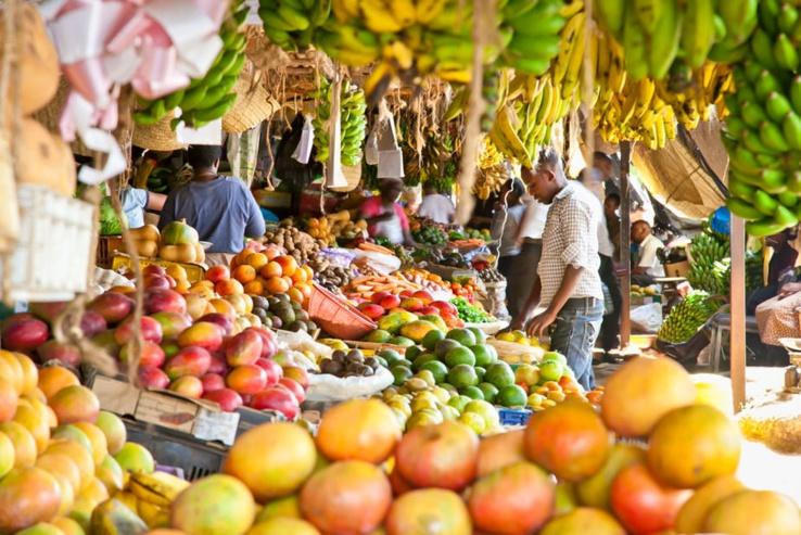 Fruits et légumes sur un marché au Kenya. L'OMS fait pression pour la consommation de fruits et légumes frais, de céréales complètes, de haricots, de poisson et de graisses insaturées. Shutterstock