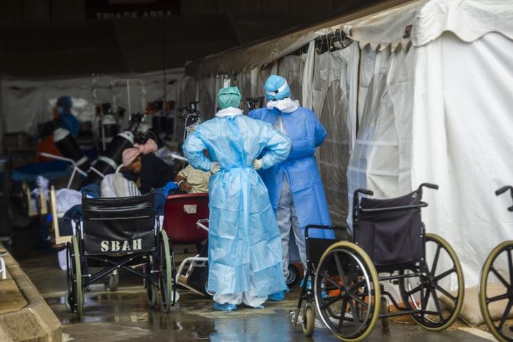 Les travailleurs de la santé et les patients dans la zone extérieure temporaire Steve Biko Academic Hospital a été créé pour dépister et traiter les cas suspects de Covid-19 à Pretoria. Alet Pretorius / Gallo Images via Getty Images