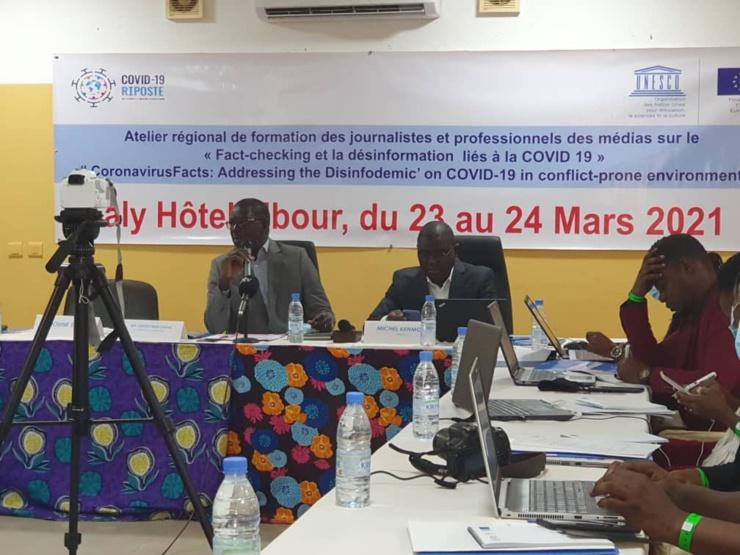Le directeur de la Communication, Ousseynou Dieng, au micro, lors de l'ouverture des travaux de mise en place d'un réseau régional de fact-checking contre la désinformation en Afrique de l'ouest.