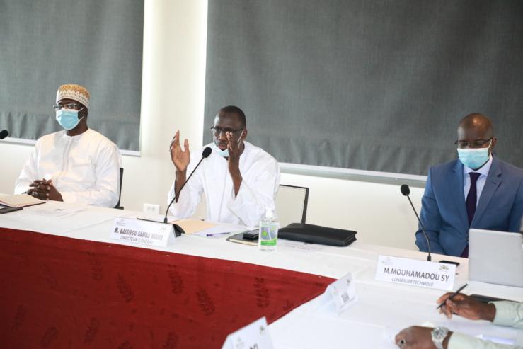 Au milieu, le directeur général de la Dgid, Bassirou Samba Niasse, s'exprimant lors de la signature des contrats d'objectif et de performance avec les directeurs et chefs de bureaux de sa tutelle.