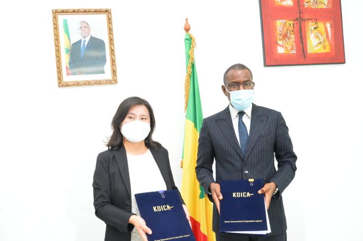 Le ministre sénégalais de l'Economie, du Plan et de la Coopération, Amadou Hott et Namson Lee, représentante résidente de la Koica à Dakar.