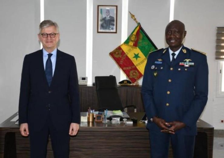 A droite le général d'armée aérienne Birame Diop nommé conseiller militaire au département des opérations de paix de l'Onu