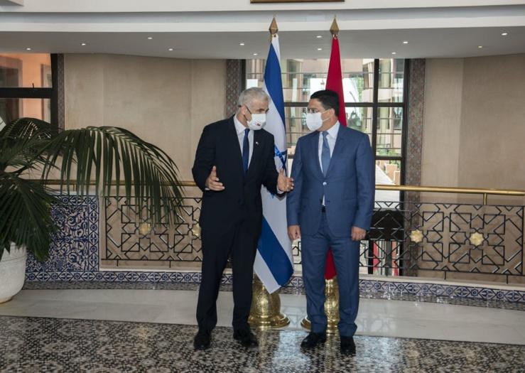 Le ministre marocain des Affaires étrangères Nasser Bourita (à droite) accueille son homologue israélien Yair Lapidis à Rabat, en août 2021. La normalisation des relations entre les deux a précipité la rupture des relations diplomatiques maroco-algériennes. EPA-EFE/Alal Morchidi