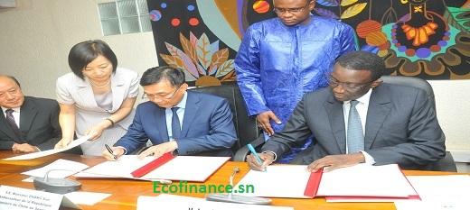 L'ambassadeur de la Chine et le ministre en charge des Finances signent l'accord de financement du projet large bande.