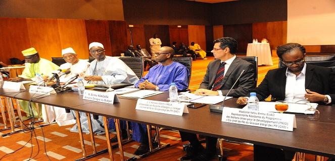 Les membres du gouvernement à côté des représentants des partenaires au développement lors de la réunion entre ces deux parties.