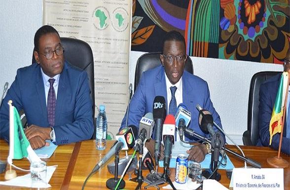 Amadou Ba et Janvier Litse signant l'accord de prêt relatif au financement du projet de construction du Pont de Rosso.