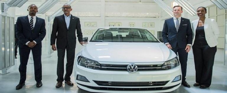 Le Président Paul KAGAME, avec ses partenaires allemands à côté du premier véhicule Volkswagen ''Made in Rwanda''.