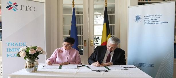 Le vice-premier ministre et ministre des Affaires étrangères et des Affaires européennes de Belgique, Didier Reynders, et la directrice exécutive du Centre du commerce international, Arancha González, signant l'accord de financement.