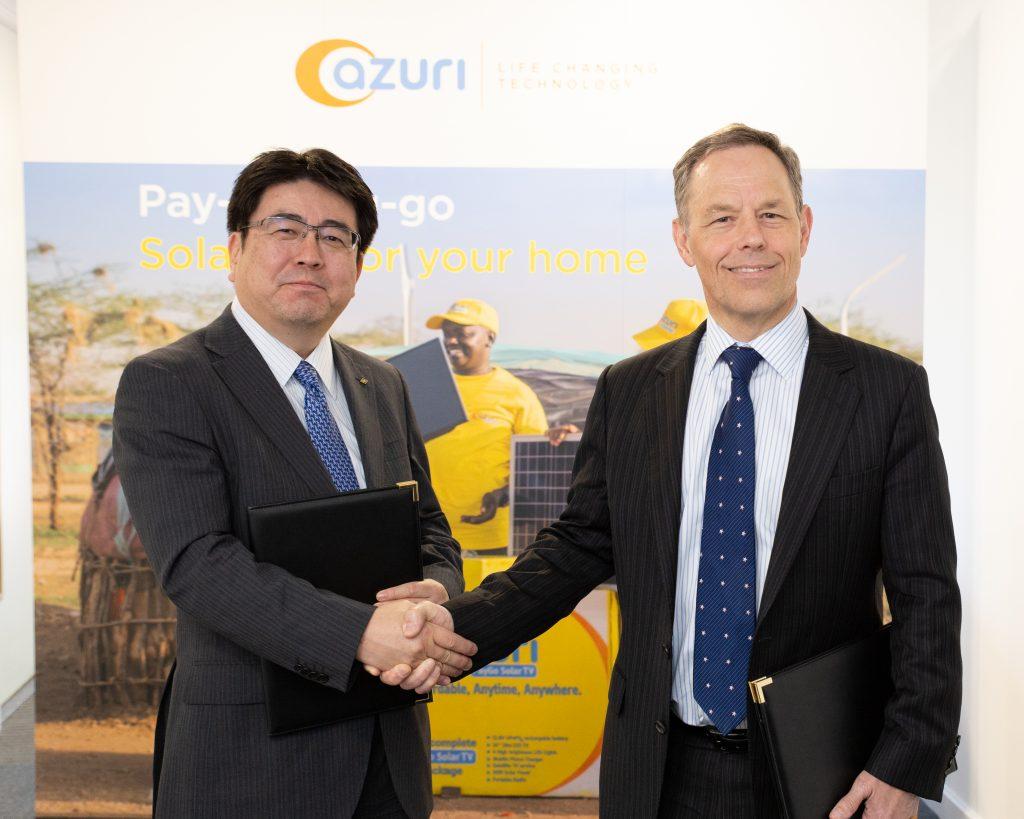 Yoshiaki Yokota, directeur de l'exploitation de Marubeni Corporation, et Simon Bransfield-Garth, directeur général d'Azuri Technologies, se serrent la main après leur signature.