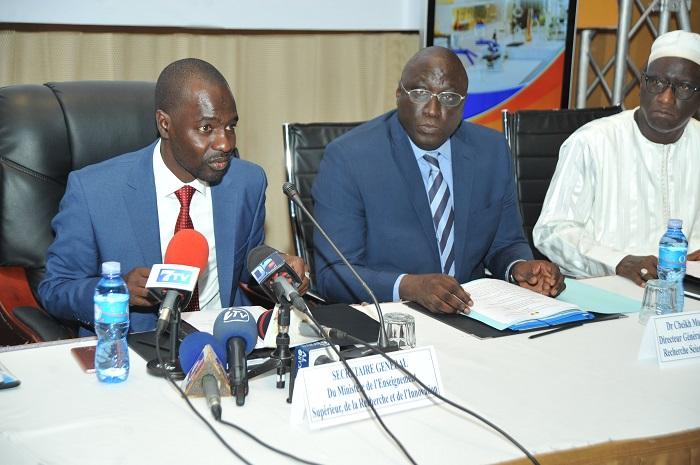 A gauche, le secrétaire général du ministère de l'Enseignement supérieur, de la Recherche et de l'Innovation, Malick Sow, au milieu, Le directeur général de l'ANRSA, Cheikh Mouhamadou Mbacké Lo