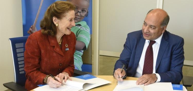 La Directrice générale de l'UNICEF, Henrietta H. Fore, et le Président de la BERD, Sir Suma Chakrabarti. © UNICEF / UNI208343 / Berkwitz
