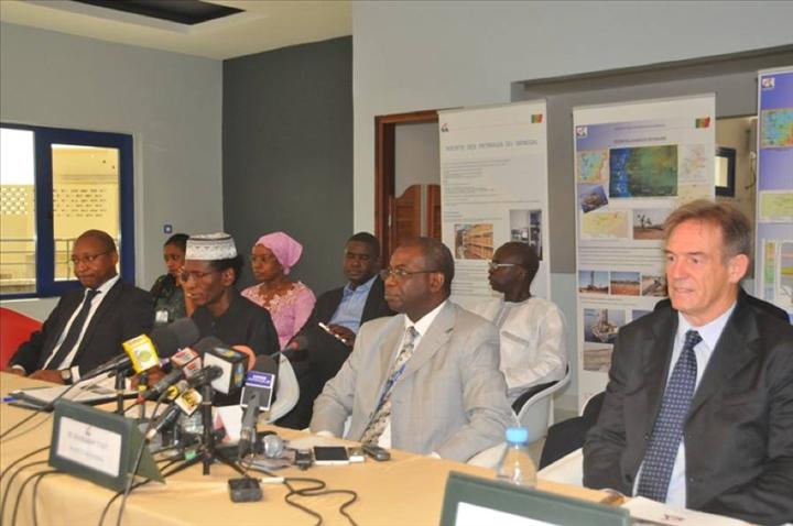 Au milieu, Mamadou Faye, directeur général Petrosen.