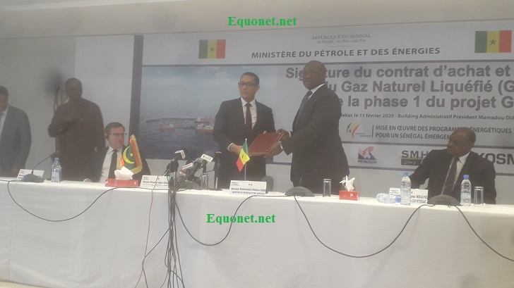 Les ministres sénégalais et mauritaniens approuvant la signature du contrat d'achat et de vente du gaz naturel liquéfié de GTA.