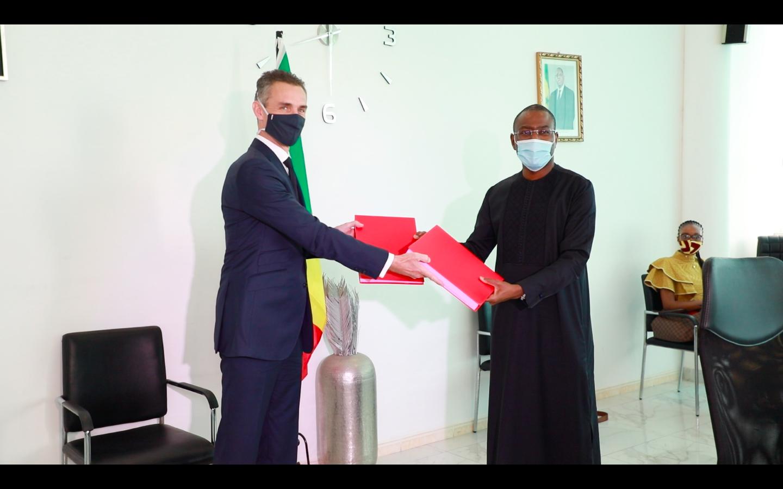 Echange de document entre le ministre sénégalais en charge de l'Economie (droite) et le directeur général de l'AFD (gauche) après la signature des prêts et subventions de financement liés au covid19.