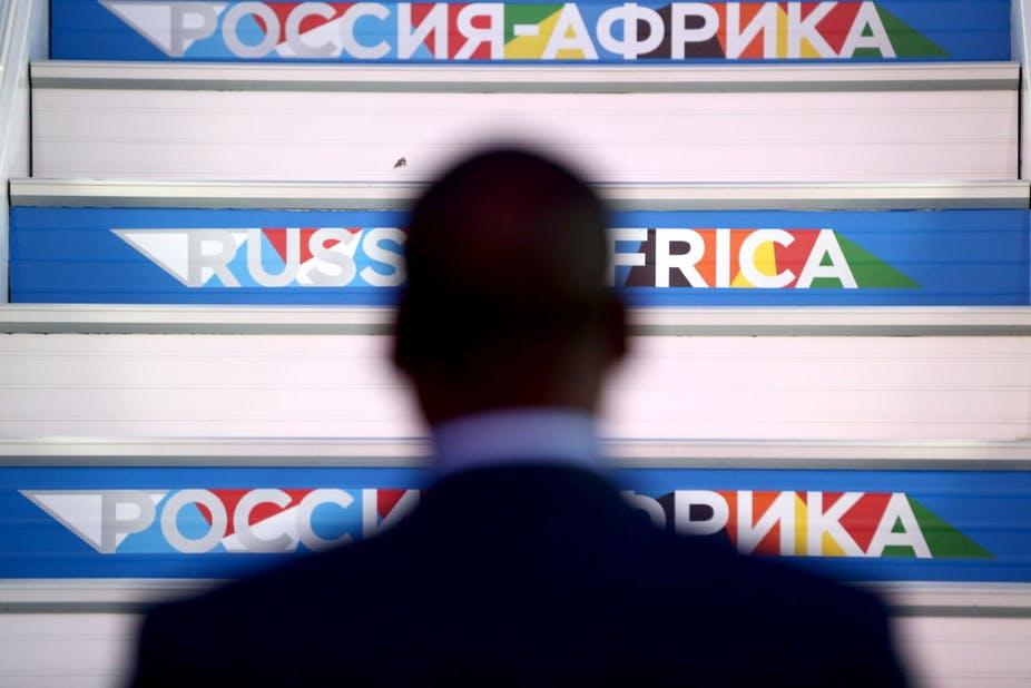 Accueil du président sénégalais Macky Sall à l'aéroport international de Sotchi avant le sommet Russie-Afrique 2019.