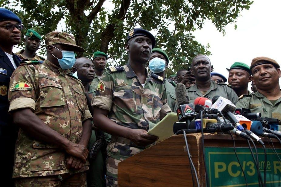 Le chef d'état-major adjoint de l'armée de l'air malienne Ismael Wague (au centre) s'exprime lors d'une conférence de presse le 19 août 2020.