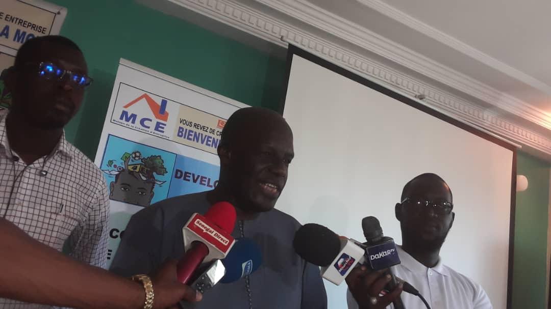 Alassane Lo au micro expliquant aux journalistes les solutions au problème de l'échec des jeunes entrepreneurs.