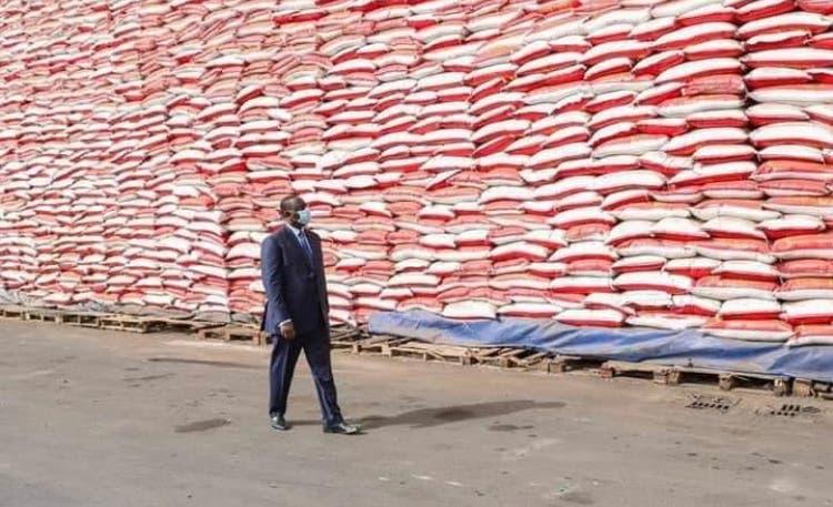 Macky Sall réceptionnant une cargaison de riz à offrir aux vulnérables victime de covid19.