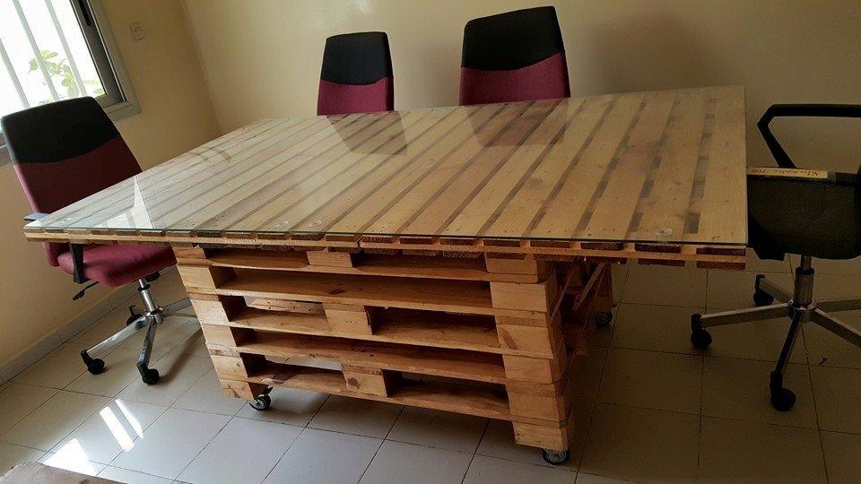 Mobilier de bureau artisanal du Sénégal.