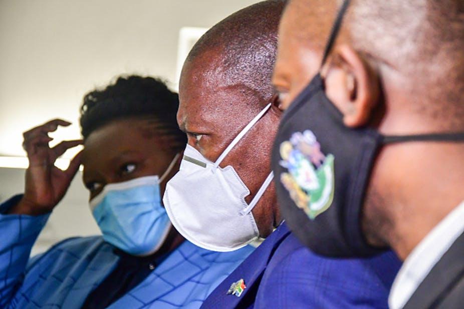 Ministre de la Santé de l'Afrique du Sud, Dr Zweli Mkhize (au centre). Le gouvernement a été critiqué pour ne pas avoir de plan d'action sur les vaccins. Photo de Darren Stewart / Gallo Images via Getty Images