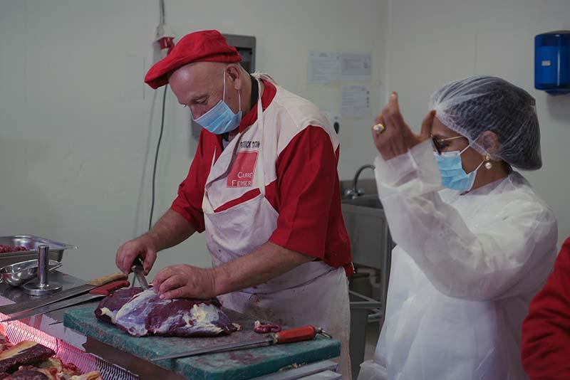 A droite, Jamila Ben Baba, PDG d'un transformateur de viande certifié international au Mali.