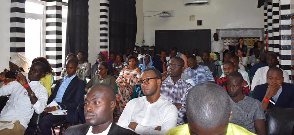 Des jeunes assistent à une conférence.