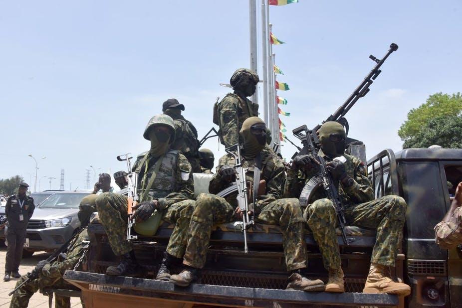 Des membres des forces spéciales guinéennes sont vus devant le Palais du Peuple à Conakry, en Guinée, le 6 septembre 2021. Photo de Xinhua via Getty Images