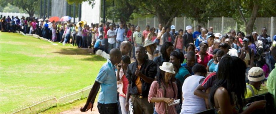 Les jeunes attendent de s'inscrire dans une université sud-africaine en 2012. Ils subissent de plein fouet un taux de chômage élevé. Photo de Foto24/Gallo Images/Getty Images