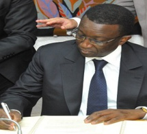 Amadou Bâ signant les quatre accords de financement de la BID.