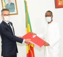 Echange de note après la signature du projet d'assainissement autonome dans la région de Dakar  entre Amadou HOTT, ministre de l'Economie, du Plan et de la Coopération, Philippe LALLIOT, ambassadeur de France au Sénégal.