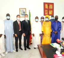 Photo de famille après la signature de convention entre l'Etat du Sénégal et l'Agence française de développement pour le projet d'appui au développement de l'enseignement moyen.