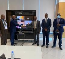 A gauche, en bleu, Thierno Seydou Nourou Sy, Président de l'ABAO, saluant ses hôtes.